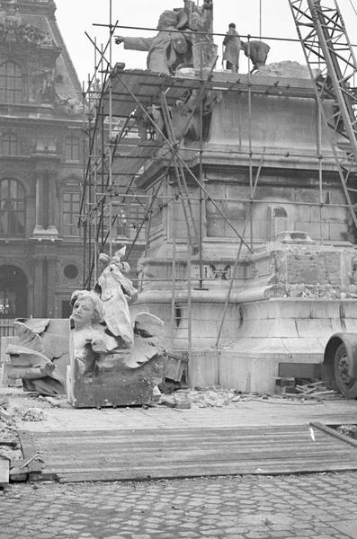 Travaux de dépose du monument à Léon Gambetta : ensemble sud entouré d'échafaudages et ouvrier