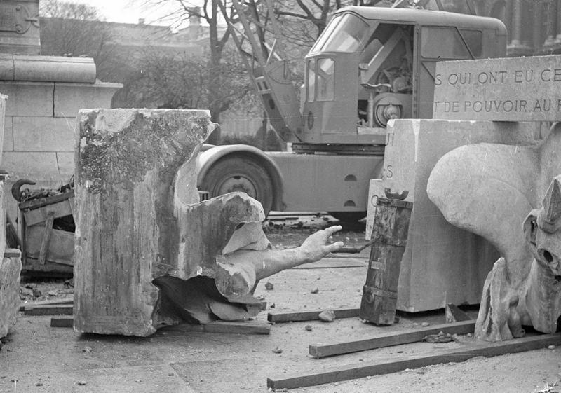 Travaux  de dépose du monument à Léon Gambetta : diverses fragments au pied du monument et camion grue