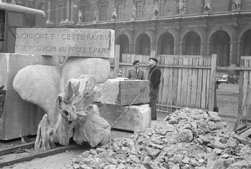 Travaux  de dépose du monument à Léon Gambetta : diverses fragments au pied du monument et deux hommes