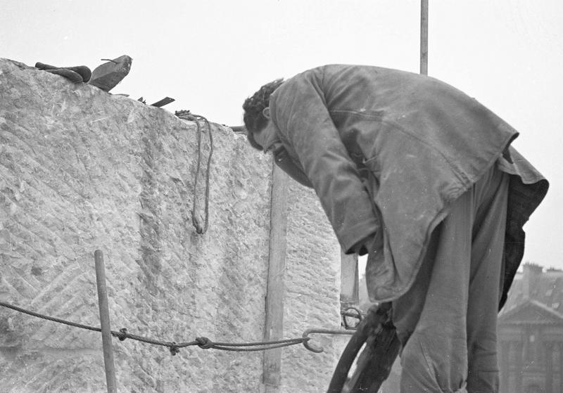 Travaux de dépose du monument à Léon Gambetta : ouvrier procédant à l'enlèvement d'un bloc de pierre