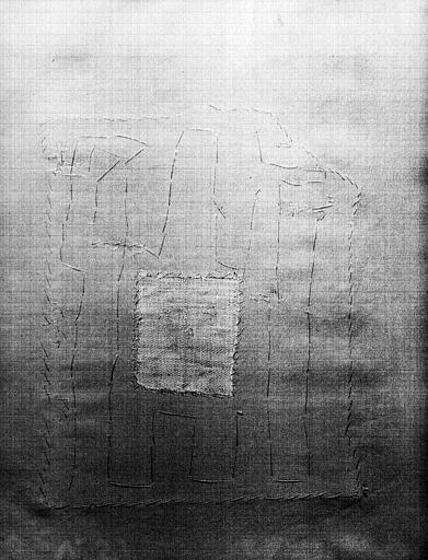 Tissu rouge : fragment d'un médaillon encadrant un bovidé et deux  mains d'homme, envers