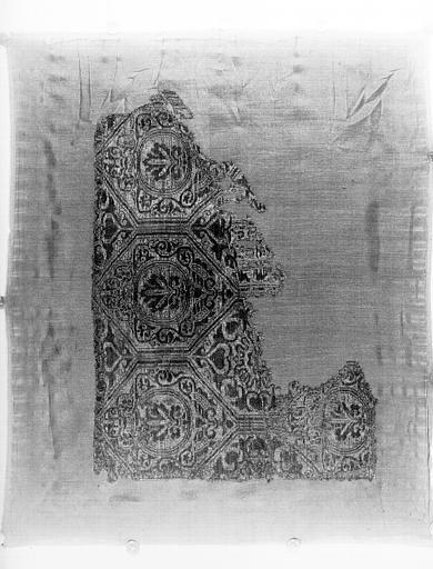 Tissu bleu foncé et jaune, compartiments hexagonaux décorés de  palmes et arabesques et masques