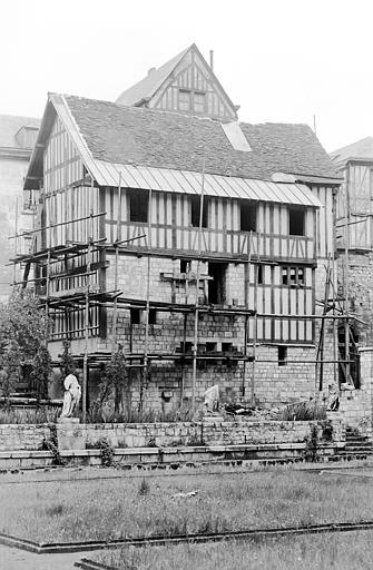 Maison à pans de bois en cours de restauration