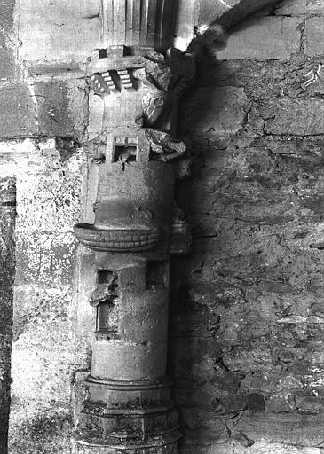 Cloître, galerie nord : retombée de voûte sur colonne à figures  sculptées