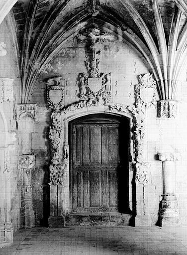 Cloître, galerie est : porte à l'extrémité nord