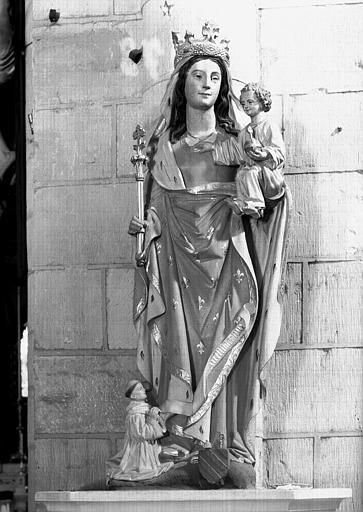 Statue en pierre peinte située dans l'église : Vierge à l'Enfant  et Pierre de Gaing donateur