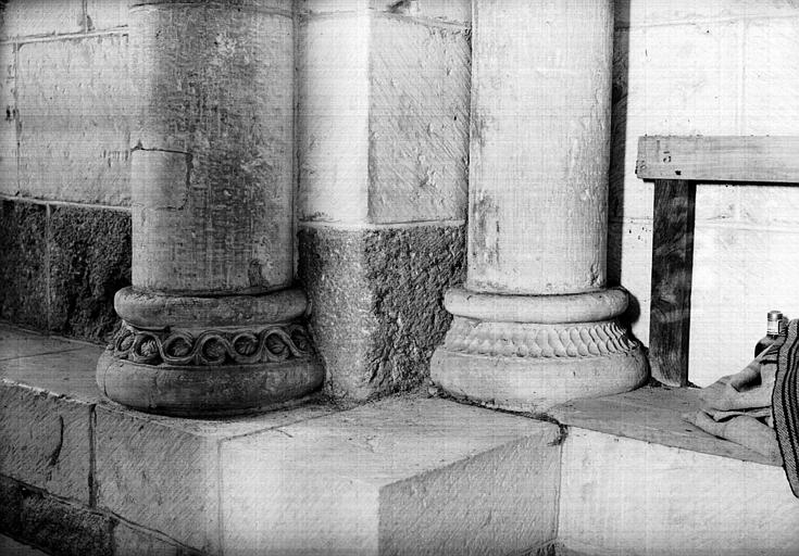 Intérieur, absidiole sud : base de colonne, côté sud