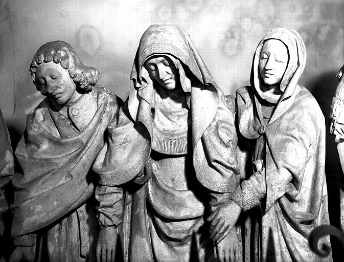 Groupe sculpté en pierre : La Mise au tombeau, la Vierge soutenue par saint Jean et une sainte Femme