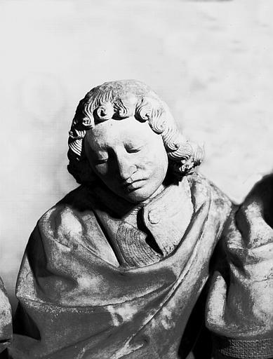 Groupe sculpté en pierre : La Mise au tombeau, buste de saint Jean