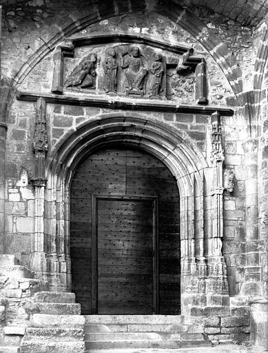 Tympan du 13e siècle encastré au-dessus du portail du 14e siècle
