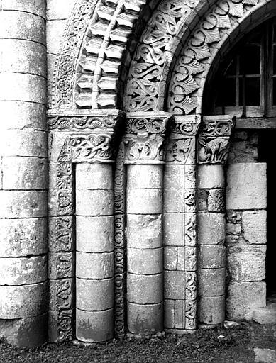 Façade ouest, portail : piédroit à dextre