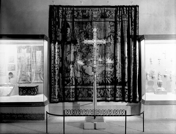 Tapisserie et croix processionnelle