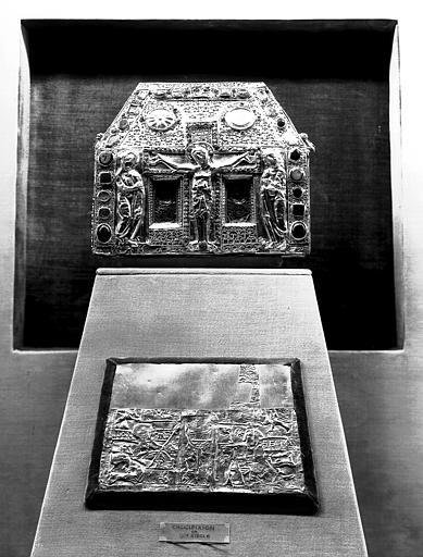 Châsse de Pépin et plaque d'or représentant la Crucifixion