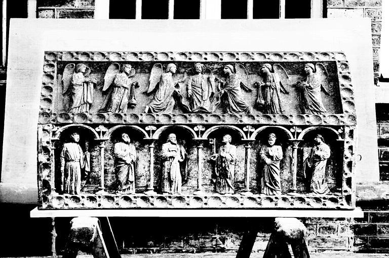 Face latérale de la châsse en bois sculpté : Christ entouré  d'anges et six apôtres, état après restauration