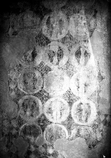Mur nord de la nef, restes de peintures murales : Médaillon entre  les fenêtres
