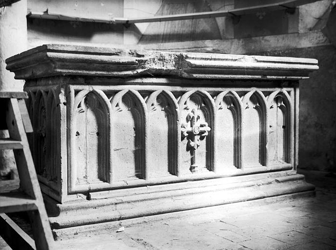 Massif en pierre du tombeau d'Alix de Breuil mort en 1300, femme  de Ayedin de Montaigu