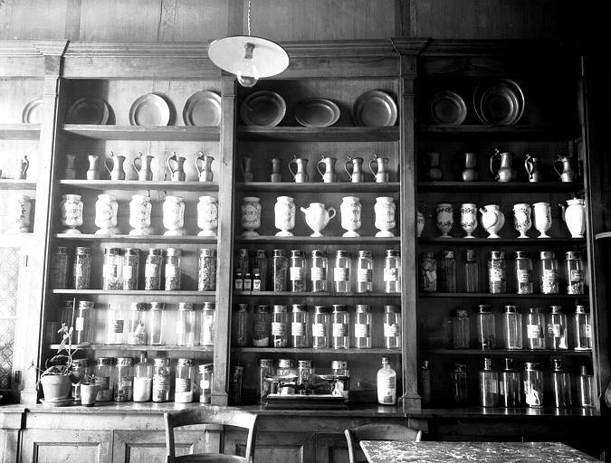 Collection de pots de pharmacie en faïence et de plats en étain