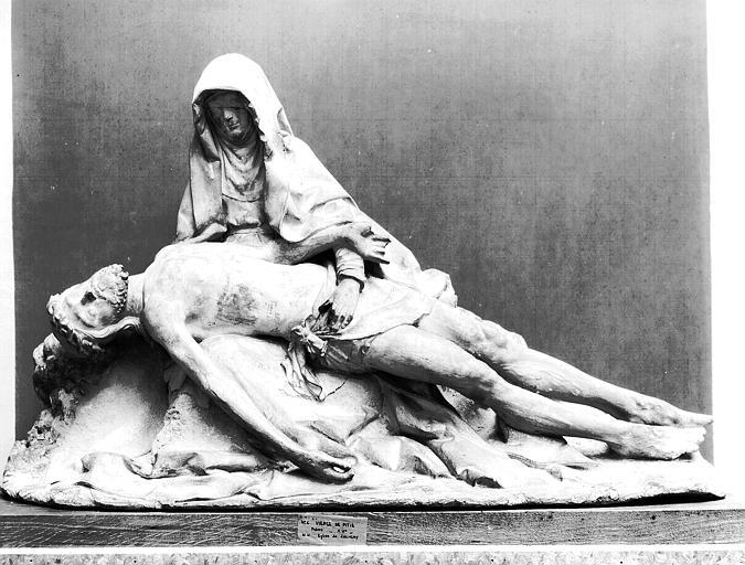 Groupe en pierre : Vierge de Pitié