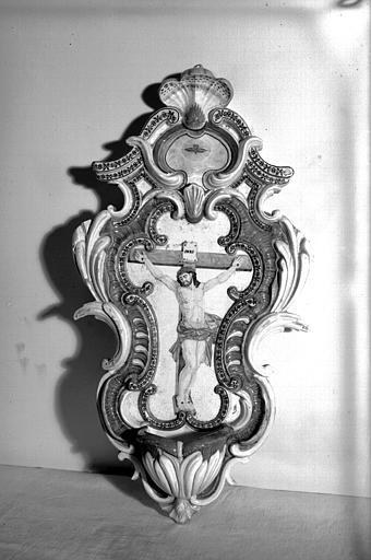 Crucifix dans un cadre rocaille formant bénitier, faïence de  Varages