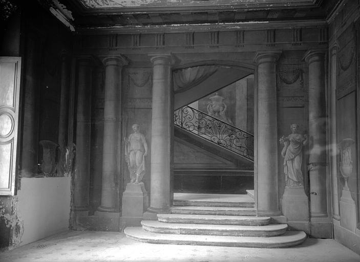 Vestibule, décoration en trompe-l'oil : côté escalier