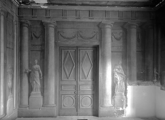 Vestibule, décoration en trompe-l'oil : côté porte