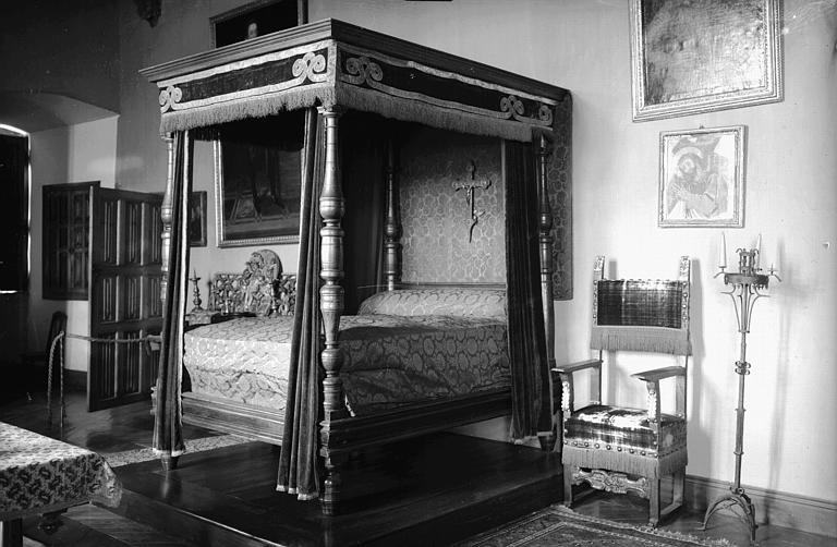 Lit à colonnes et fauteuil Louis XIII