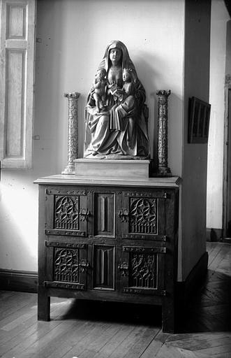 Bahut en bois et groupe Anne Trinitaire