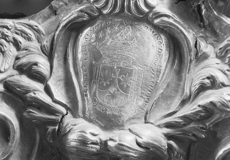 Croix d'autel en argent, détail des armoiries