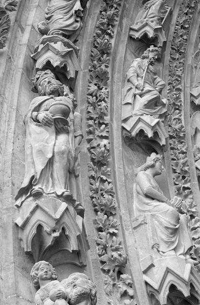 Portail central de la façade ouest, deuxième et troisième voussures gauche, détail