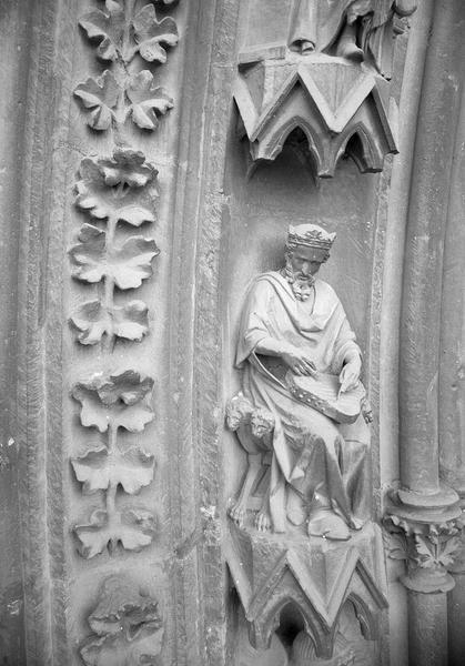 Portail central de la façade ouest, première voussure gauche, deuxième rangée : roi assis jouant du psaltérion, de trois quart droit