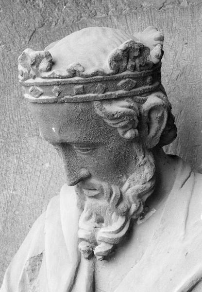 Portail central de la façade ouest, première voussure gauche, deuxième rangée : roi assis jouant du psaltérion,  détail de la tête de trois quarts gauche du dessus
