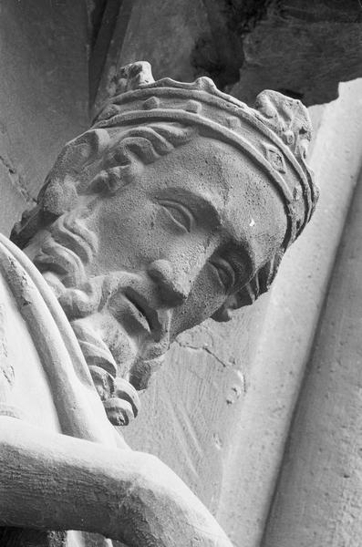 Portail central de la façade ouest, première voussure gauche, deuxième rangée : roi assis jouant du psaltérion, détail de la tête de trois quarts droit du dessous