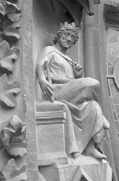 Portail central de la façade ouest, première voussure gauche, troisième rangée : roi assis, profil droit