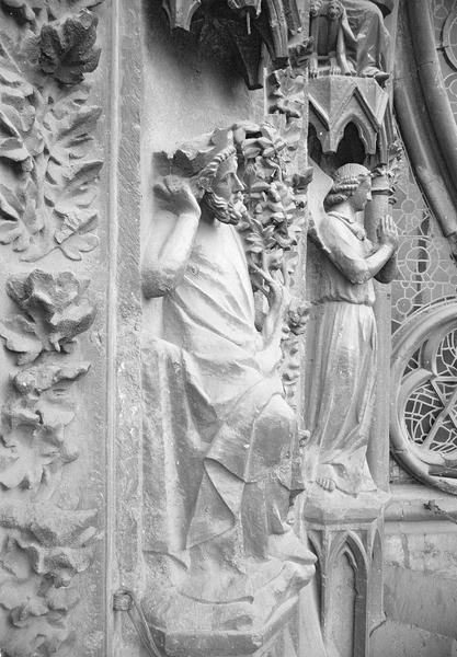Portail central de la façade ouest, première et deuxième voussures gauche, première rangée : Jessé et ange en prière, profils droits
