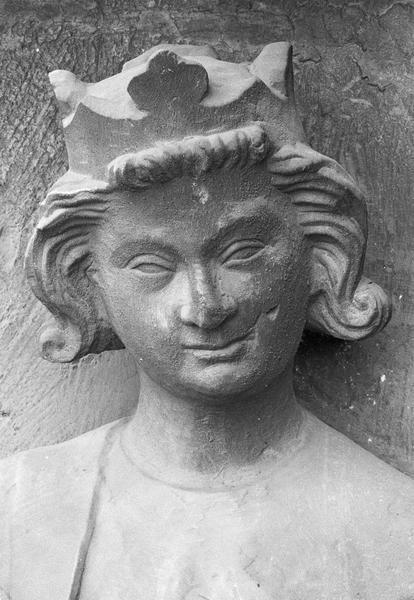 Portail central de la façade ouest, deuxième voussure gauche, deuxième rangée : roi assis jouant de la guiterne, détail de la tête de face