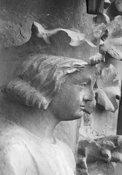Portail central de la façade ouest, deuxième voussure gauche, deuxième rangée : roi assis jouant de la guiterne, détail de la tête, profil droit
