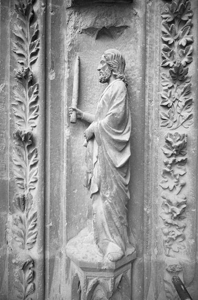 Portail central de la façade ouest, troisième voussure gauche, première rangée : Joachim de profil portant un cierge, de face