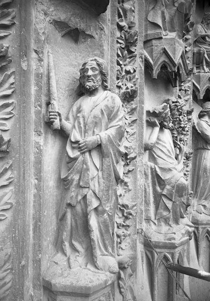 Portail central de la façade ouest, troisième voussure gauche, première rangée : Joachim de profil portant un cierge, de trois quarts droit