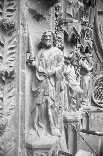 Portail central de la façade ouest, troisième voussure gauche, première rangée : Joachim de profil portant un cierge, profil droit