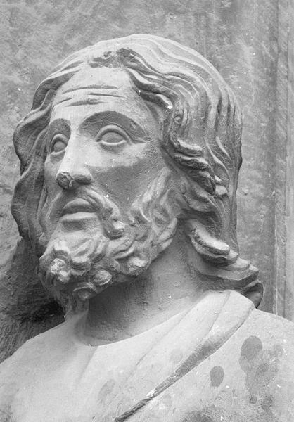 Portail central de la façade ouest, troisième voussure gauche, première rangée : Joachim de profil portant un cierge, détail de la tête de trois quarts droit