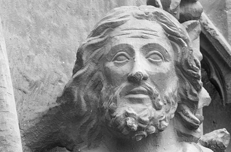 Portail central de la façade ouest, troisième voussure gauche, première rangée : Joachim de profil portant un cierge, détail de la tête, profil droit