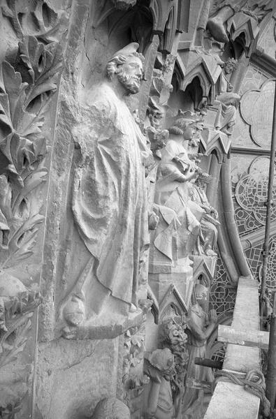 Portail central de la façade ouest, troisième voussure gauche, deuxième rangée : Joseph, profil droit