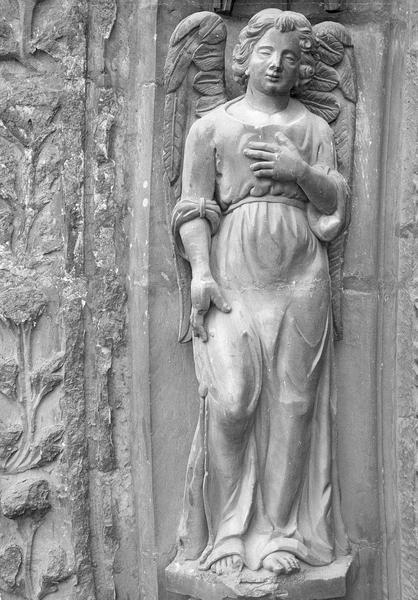 Portail central de la façade ouest, troisième voussure gauche, troisième rangée : ange, de face