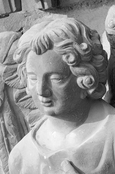 Portail central de la façade ouest, troisième voussure gauche, troisième rangée : ange, détail de la tête de trois quarts gauche