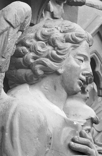 Portail central de la façade ouest, troisième voussure gauche, troisième rangée : ange, détail de la tête, profil droit
