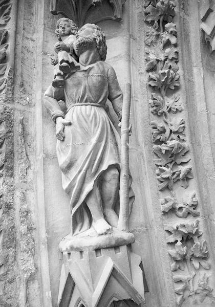 Portail central de la façade ouest, troisième voussure gauche, quatrième rangée : saint Christophe portant l'enfant Jésus, de face