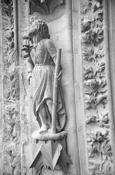 Portail central de la façade ouest, troisième voussure gauche, quatrième rangée : saint Christophe portant l'enfant Jésus, de trois quarts gauche