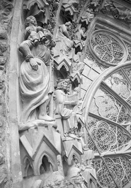 Portail central de la façade ouest, troisième voussure gauche, quatrième rangée : saint Christophe portant l'enfant Jésus, profil droit