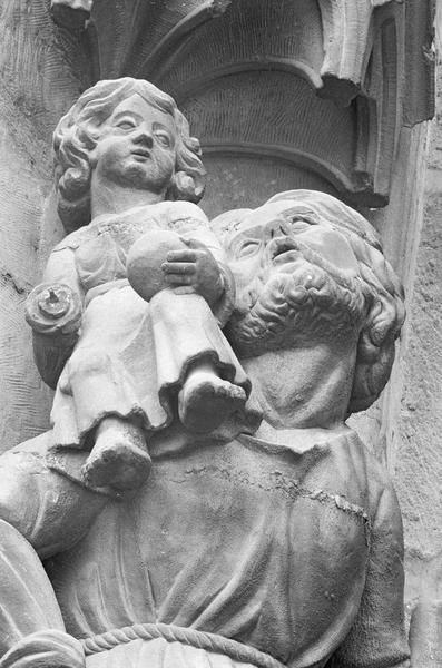 Portail central de la façade ouest, troisième voussure gauche, quatrième rangée : saint Christophe portant l'enfant Jésus, détail du buste de saint Christophe et de Jésus de trois quarts droit