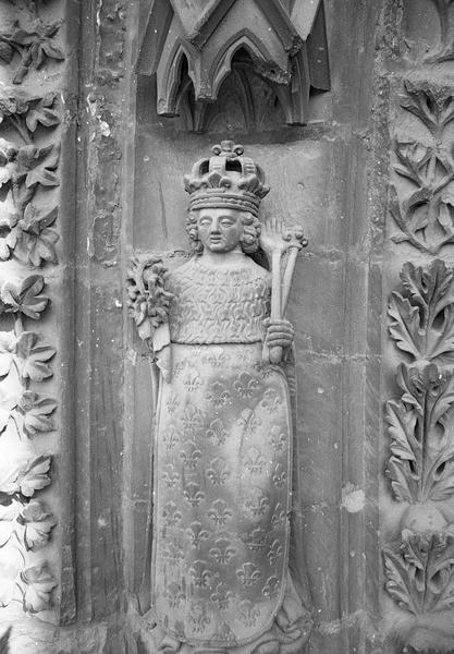 Portail central de la façade ouest, quatrième voussure gauche, deuxième rangée : saint Louis, de face